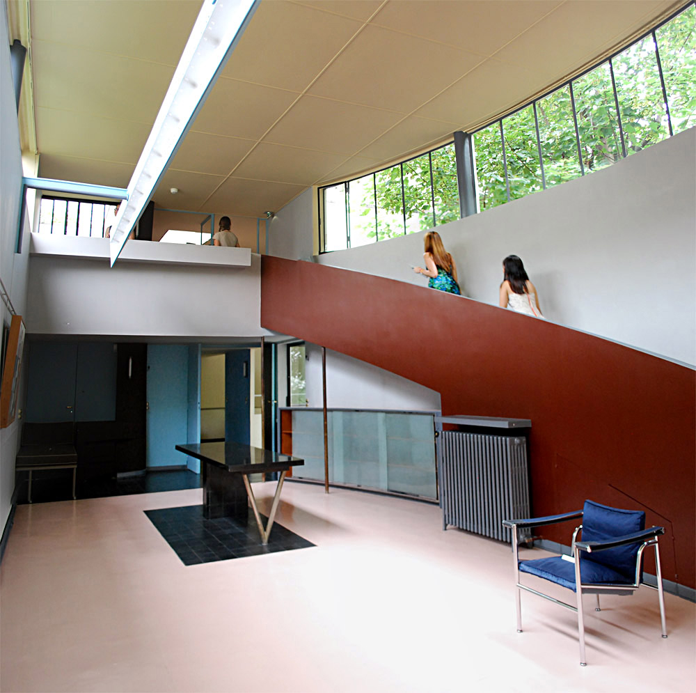 The gallery is the main space in the Villa La Roche, and is dominated by a sweeping curved ramp, flush against the hollow of the facade—Corbusier's way of playing with alternating straight and curved lines.