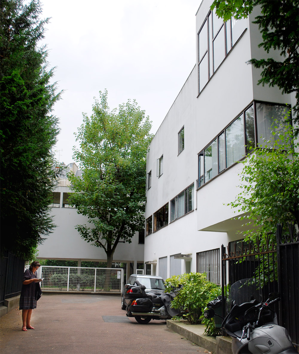 The task was to build both a house for Raoul Albert La Roche, a Swiss banker and his family, as well as an art gallery for La Roche's vast collection.  I admired the way that Corbusier cleverly split up the functions of the building into two distinct volu
