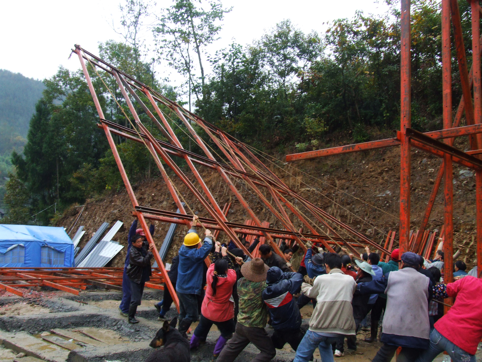 Villagers raise one of the structures Hseih Ying-Chun designed.