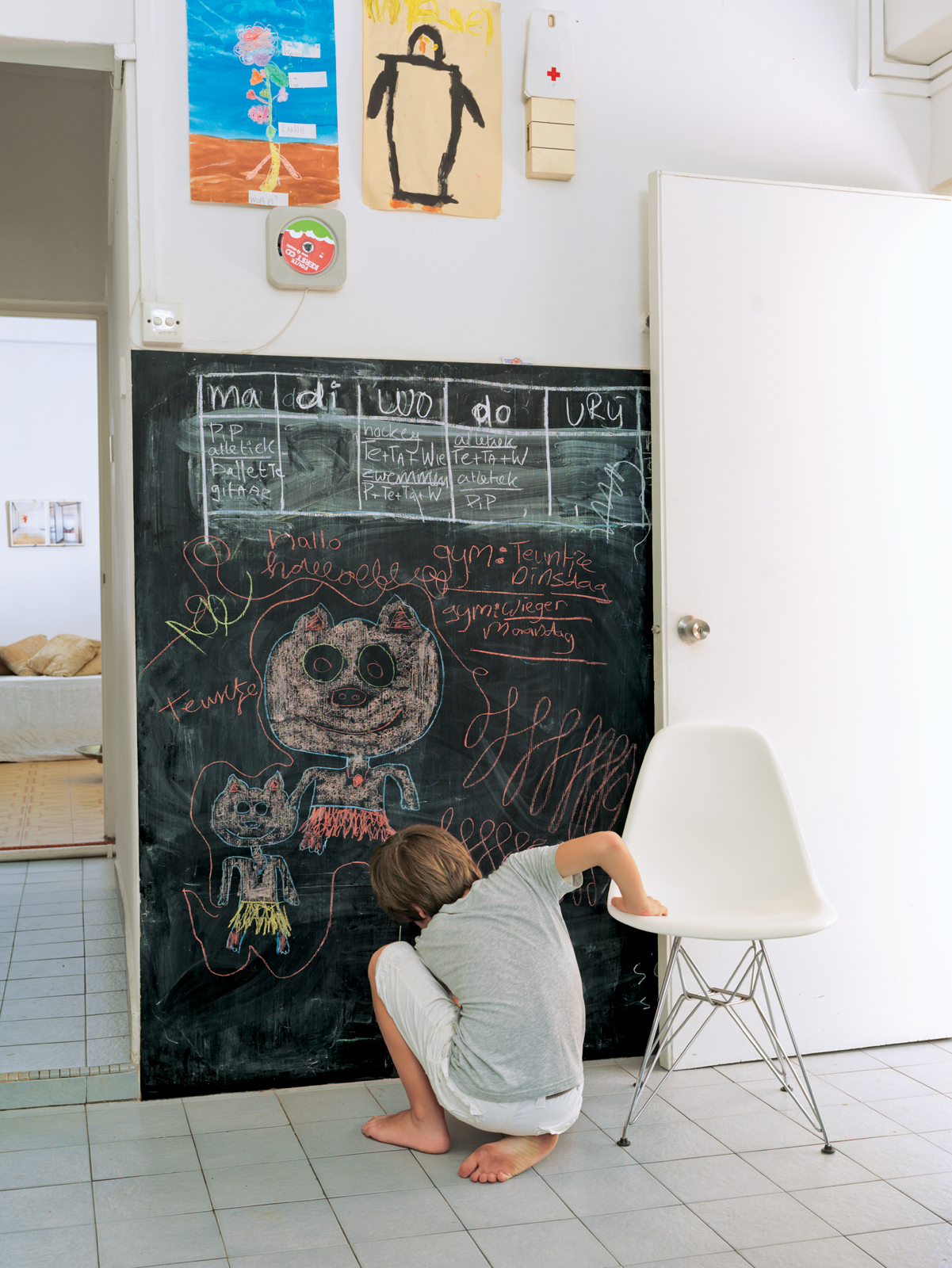 De Waart added a chalkboard to the kitchen for writing memos and for drawing, as Tammo does here.