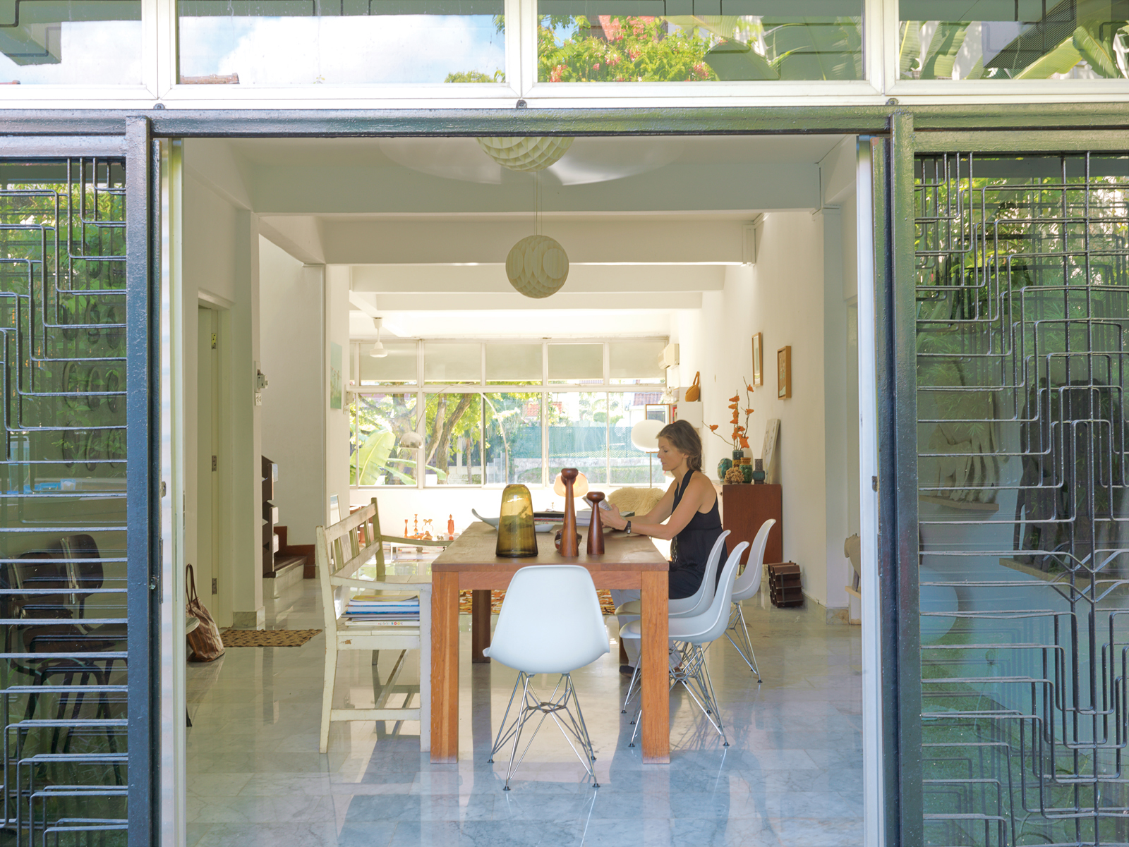 Singaporeans tend to keep their homes airtight, but Nicolette de Waart prefers to bring the outdoors—–and her Dutch design aesthetic­­—–in.