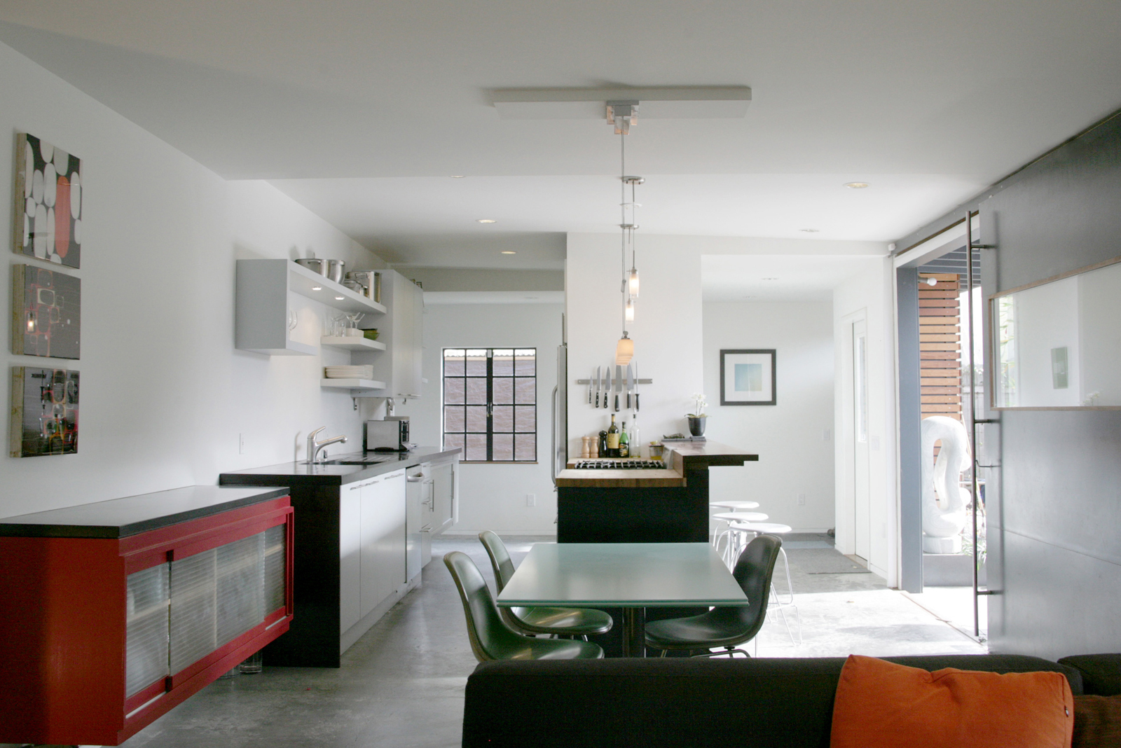 "In the kitchen and dining area, Shoup used ipe wood and installed an energy-efficient hydronic radiant heating system in the concrete floor. ""There's a minimalism that drives the basic design gestures,"" notes Shoup. ""I tried to temper that with a compleme"