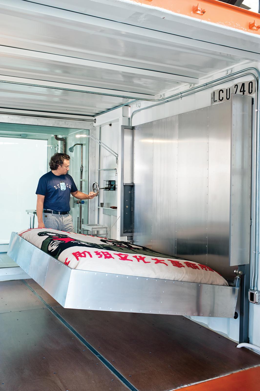 Hand-cranked aluminum bed