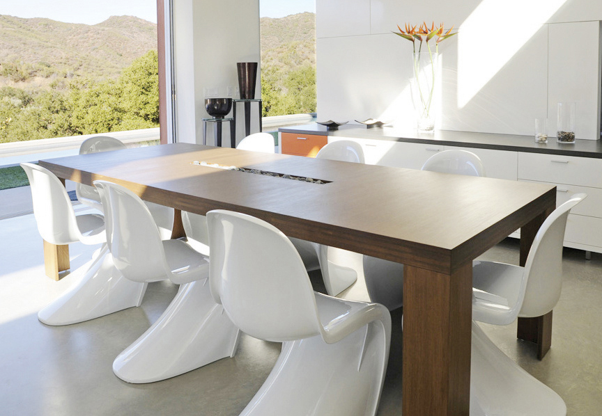 Plyned dining table by Viesso