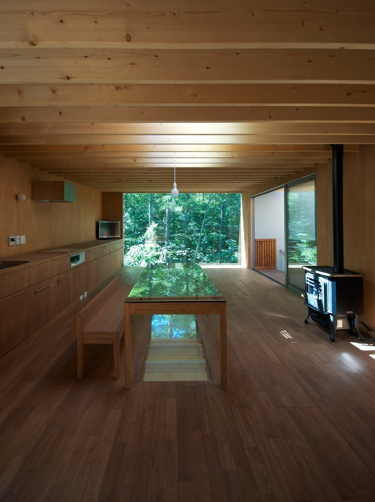 The upper floor is sparsely decorated and the height of the room is just under six feet. Because of the low ceiling height, Hasegawa designed a table and selected chairs with an equally low height, 660 mm and 360 mm respectively (about two feet and one fo
