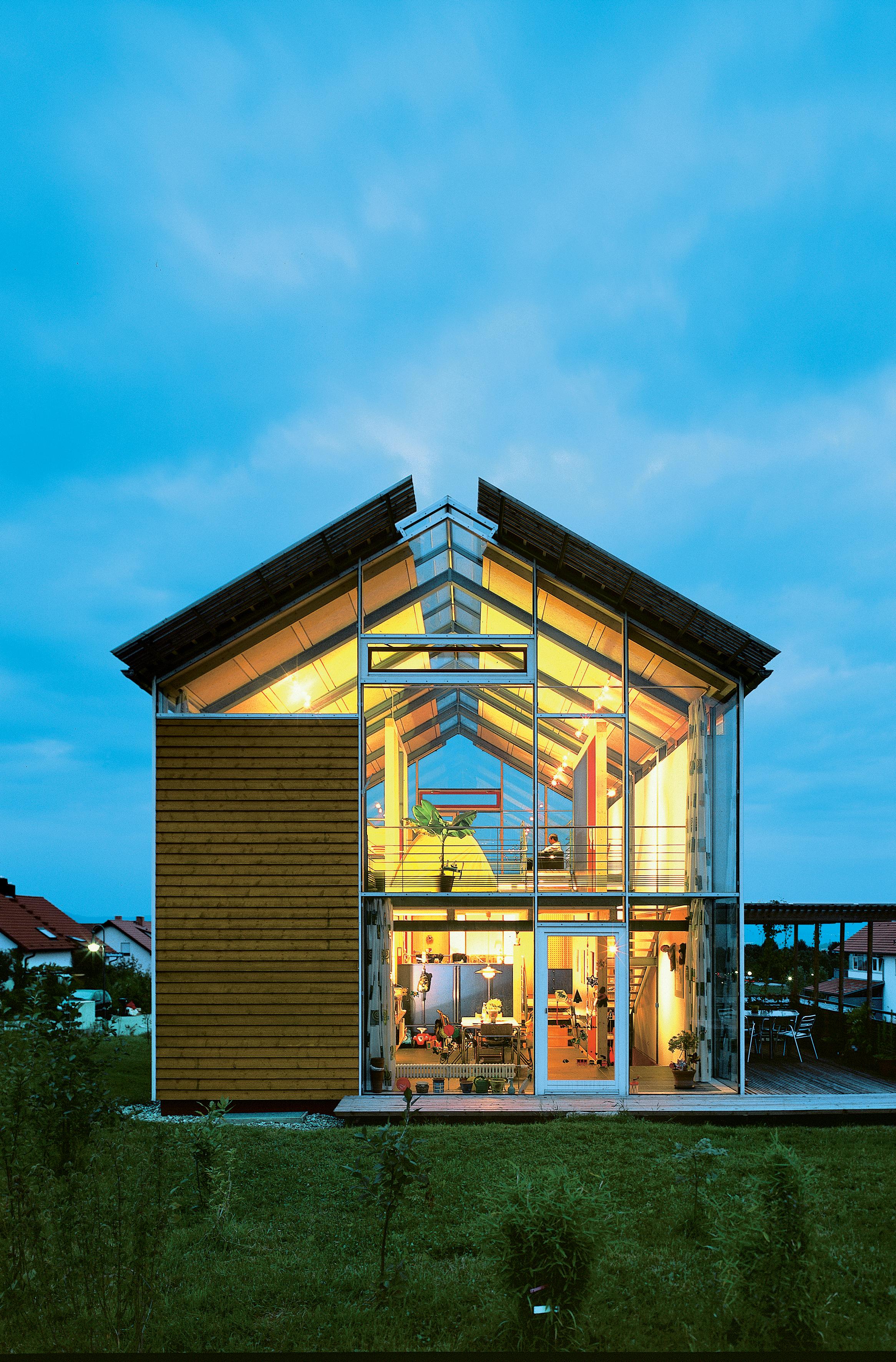 Modern split-level plan house in Germany