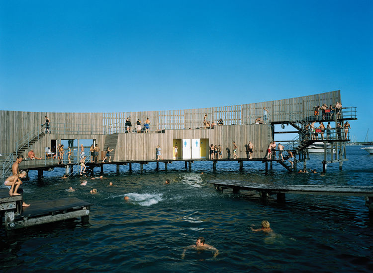 The sea bath's shape creates great acoustics, which local musicians frequently take advantage of by performing impromptu concerts in the middle of the structure. As the structure curves around, two pathways are formed: The outer path ascends into a diving