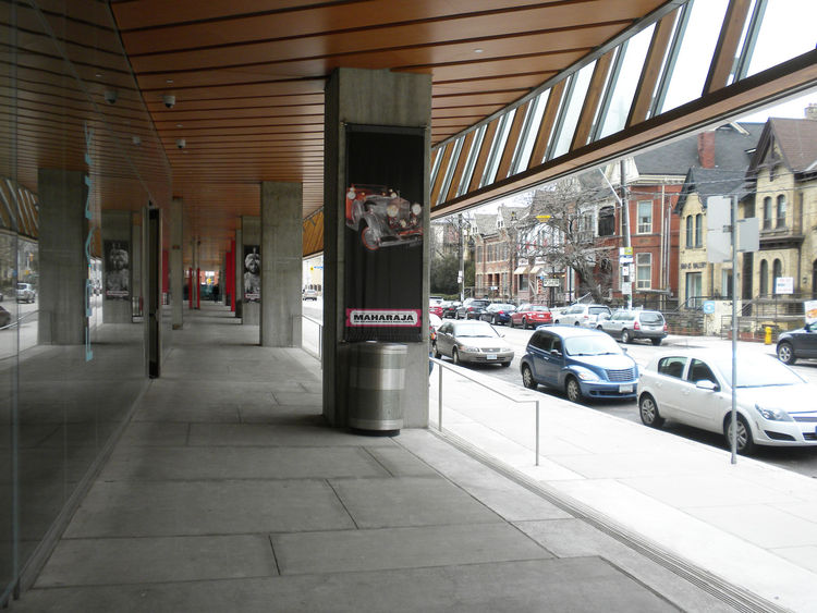 The 600-foot-long, glass-and-wood facade stretches along the Dundas Street entrance. Above the exterior foyer, the structure houses a light-filled sculpture gallery visible from the street.