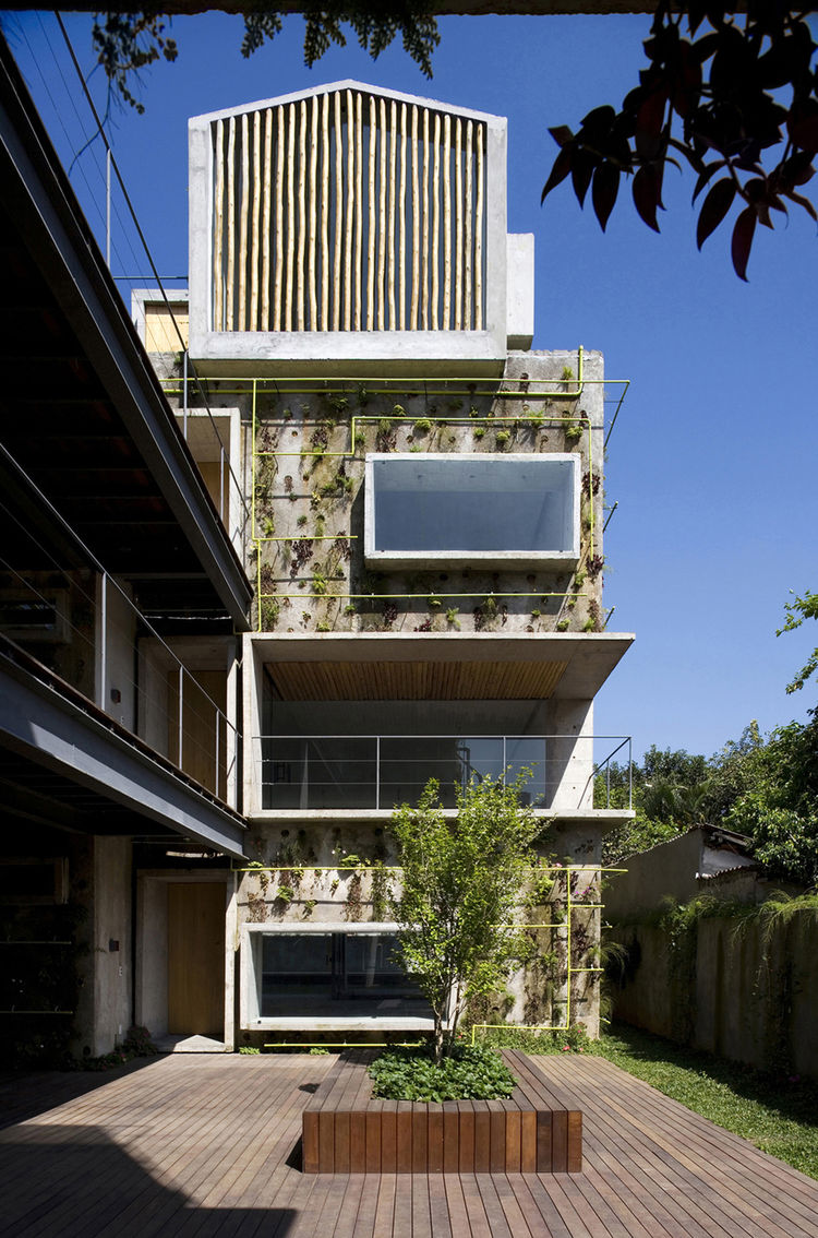 "Located on Harmonia Street on the west side of São Paulo, the Harmonia 57 residential building was designed by Olivier Raffaëlli, Gregory Bousquet, Guillaume Sibaud and Carolina Bueno of the French-Brazilian architectural firm <a href=""http://www.triptyqu"