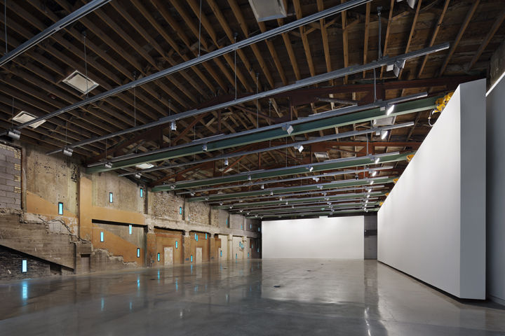 The previously inaccessible second floor is now dedicated to a large column-free gallery with a suspended and mobile 57-foot-long wall.