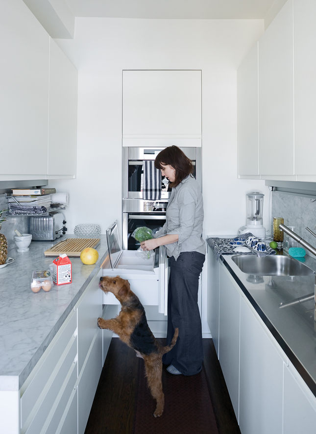 This New York kitchen is a miracle of efficiency. Every inch is used maximally, from the built-in double-decker Miele oven to the Sub-Zero fridge and freezer under the counter, distributed between four unobtrusive drawers.The Arclinea kitchen system inclu