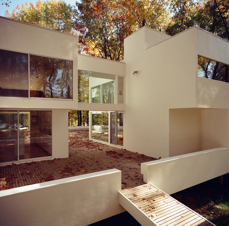Boxy white volumes with plenty of glass are the order of the day, with a winding courtyard and a ramp down to the ground. Photo courtesy of Thom Abel.