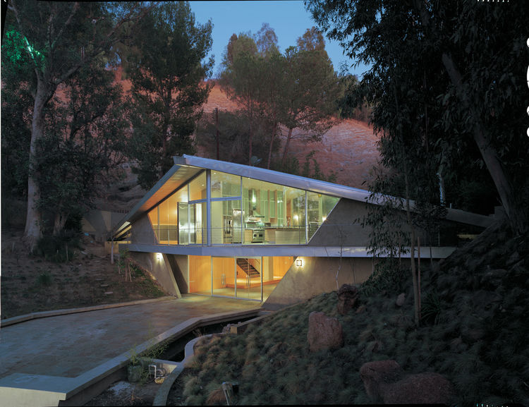 Gesner's house for John Scantlin,1965, highlighting the structure of the single ridge beam, and its lateral rib-like beams, rising up and out toward the view.<br /><br /> Photo by Juergen Nogai