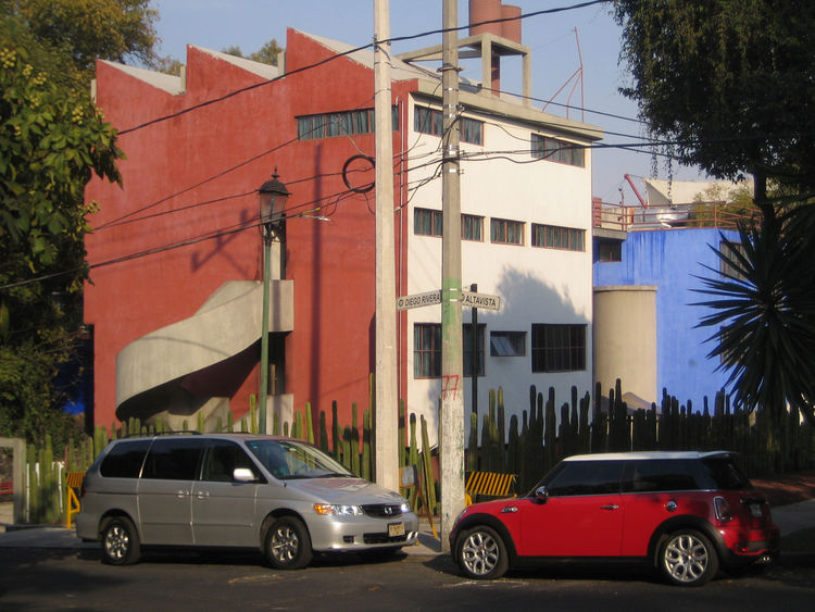 Here's a view of the house and studio buildings from the San Angel Inn parking lot. The pair of structures were designed by Juan O'Gorman in 1931. It was amongst the first modernist structures in Mexico City.