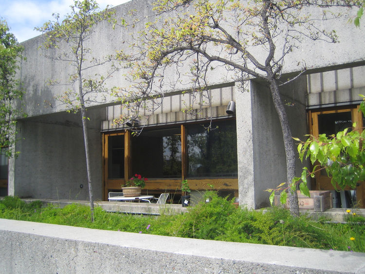 On a sunny day there are few spots in Oakland as nice as the gardens on top of the Oakland Museum. And Roche's design even called for a handful of little semi-private patios to be attached to the office space. Humane design indeed.