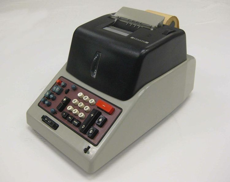 Divisumma GT 24 adding machine designed in 1956 by Nizzoli Marcello for Olivetti.