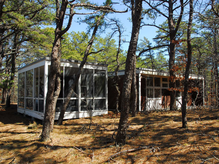 A fine example of Cape Cod modernism, the Kuhn Cottage by Nathaniel Saltonstall and Oliver Morton Architects is from 1960 and is in Wellfleet.