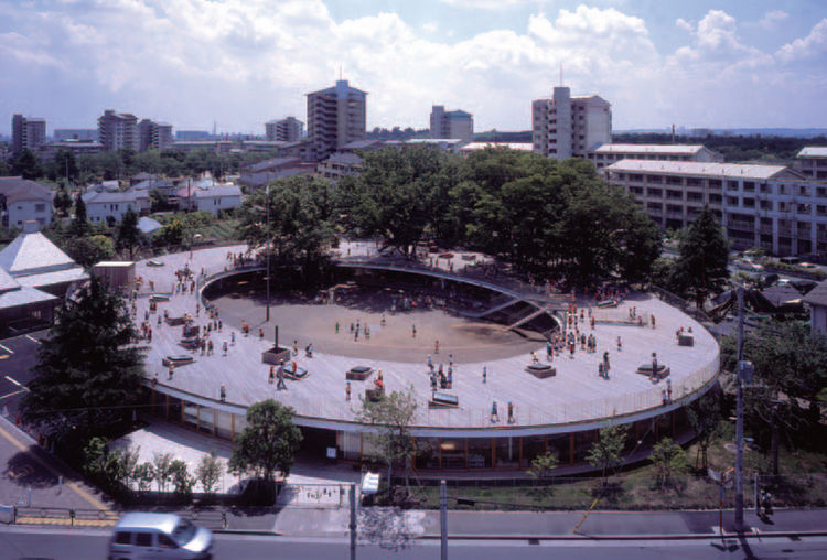 In addition to the space inside the building, the top of the Fuji Kindergarten is also fully functional as a walkway and playspace. Large trees grow through the structure and provide rooftop shape.