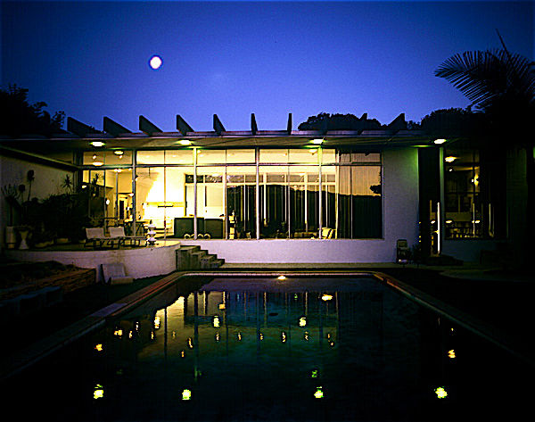 Oscar Niemeyer has only one freestanding building in the United States, and it's this home in Los Angeles. It's now owned by the Boyds. This home sits between Spanish-style mansions in Brentwood, California.