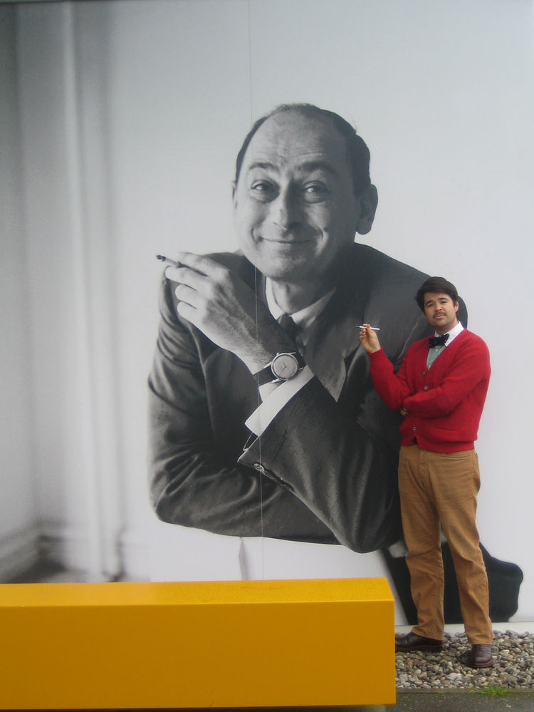 American design don George Nelson is the subject of the current exhibition at the Design Museum. I couldn't resist taking a photo with old George.