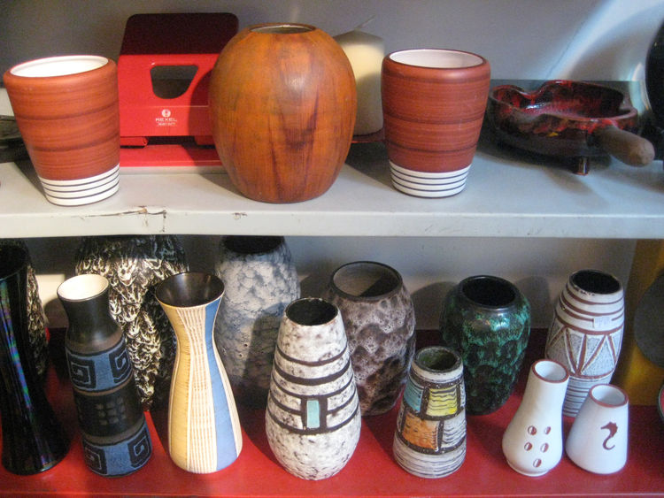 A selection of stoneware and ceramics from Roerende Zaken Rariteiten. I actually ended up buying the white striped vase on the bottom row in the middle, which was made in West Germany in the 60s.