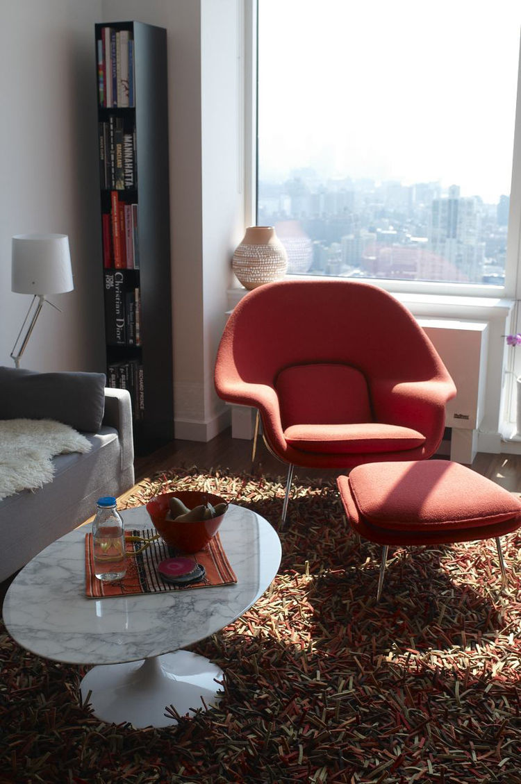 A Hella Jongerius vase for Ikea, Saarinen chair and table, and a Nani Marquina rug fill this sunlit apartment.
