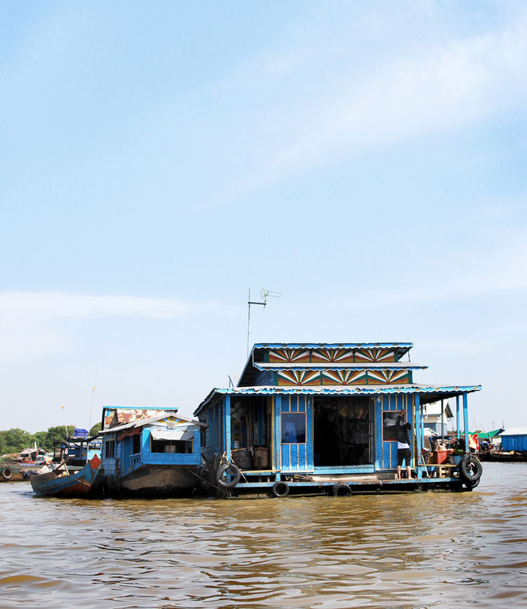 The houseboats and other transportable dwellings are constructed by each family, occasionally with a the help of a more experienced builder in the community. Many are built from bamboo, teak, thatched palm leaves, corrugated metal, and found materials --