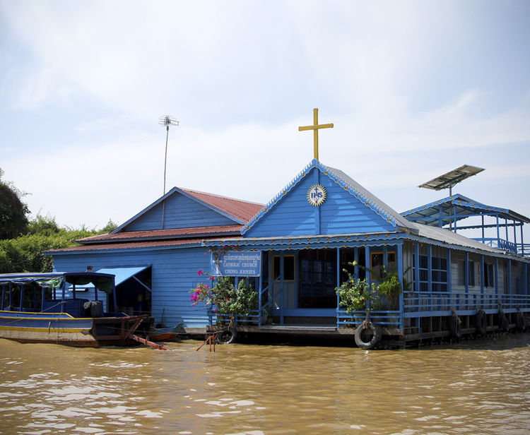 My first stop was the village of Chong Khneas, located on the northwestern edge of the Tonle Sap Great Lake and the closest to Siem Reap (the city just outside Cambodia's famous Angkor Wat temples.) WIth over 1300 houseboats and 5000 residents, Chong Khne