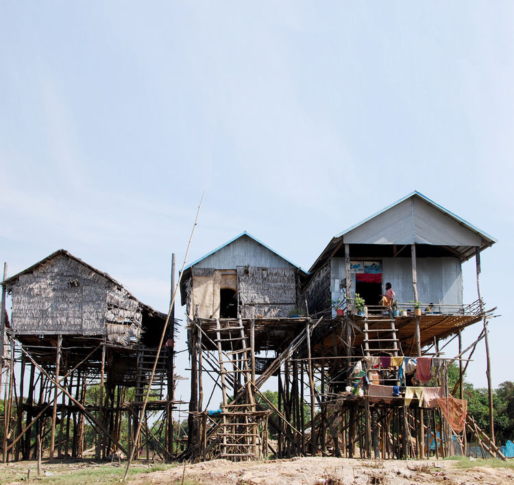 The entire area is home to around 3,000 people, and Kompong Phluk extends to encompass a stilted commune of three more nearby villages.