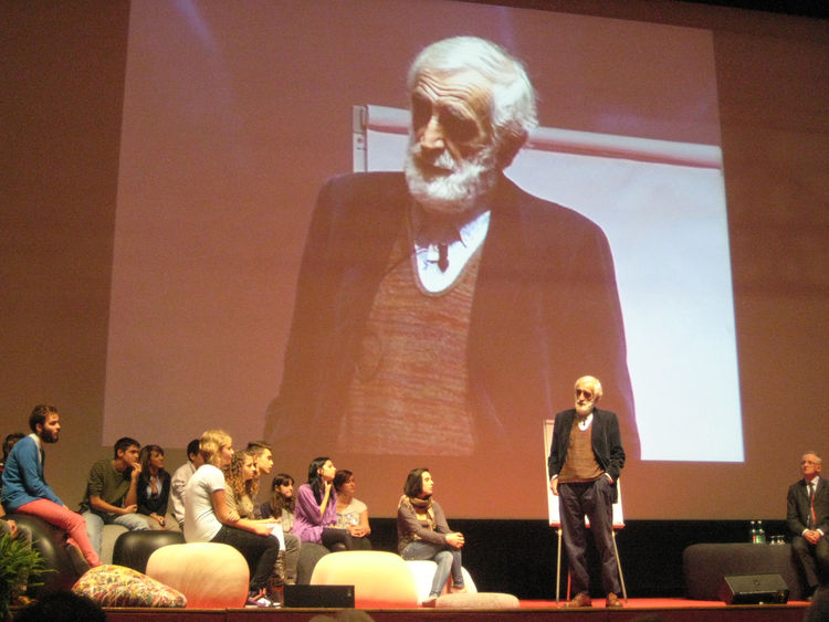 Venerable Italian designer Enzo Mari addressed a group of students on stage and a packed house in the auditorium. He encouraged all to stay inquisitive, advocating that no one should be afraid to ask simple questions and learning is a never ending cycle b