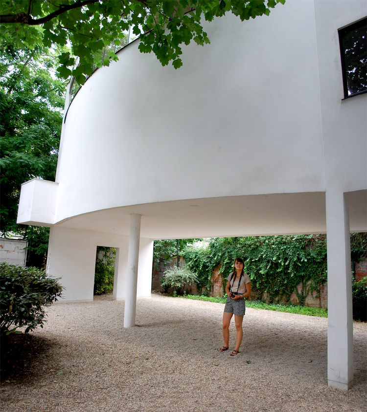 Aligning with his famous five points, Corbusier lifted the villa off the ground, supporting it by reinforced concrete pilotis.  An open plan, free facade, strip windows, and a rooftop garden were the other four tenets, which is most famously manifested in
