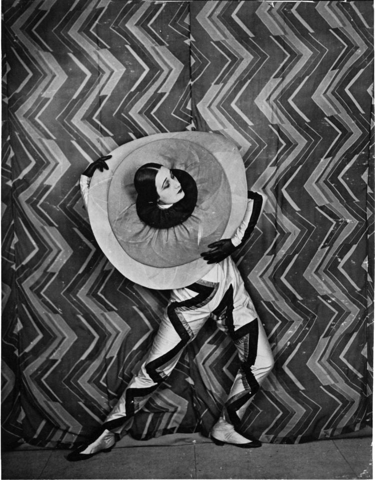 """Still photo from the film """"Le P'tit Parigot,"""" written by Paul Cartoux and directed by René Le Somptier, France, 1926. Collection of Antoine Blanchette. © L & M SERVICES B.V. The Hague 20100623."""