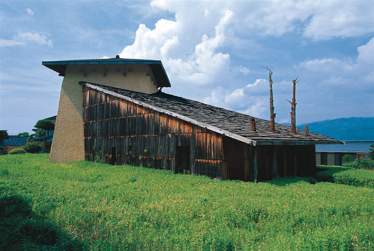 The 1991 Jinchokan Moriya Historical Museum, Fujimori's first commissioned building, signaled the themes that continue to drive his work: design in harmony with nature; raw, natural materials (wood, mud-and-mortar walls); and a Neolithic-inspired architec