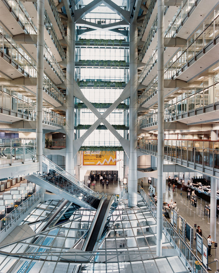 British architect Norman Foster sited the banking hall on the HSBC building's first level, rather than the customary ground floor, to create an open-air plaza at street level. Architecture aficionados can explore the structure freely. As is the case in mo