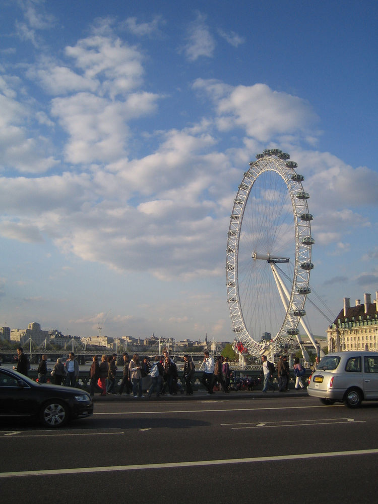 The line was too long to wait on, but I rather liked the London Eye. Rather a novel addition to the skyline, and a far sight better than the observation wheel they have in Melbourne, Australia, which broke down weeks after opening.