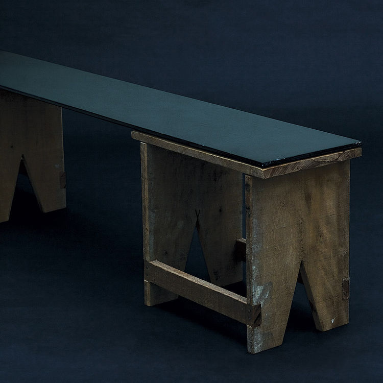 A carbon fiber plate joins the two benches that make up the Banco Chamego.