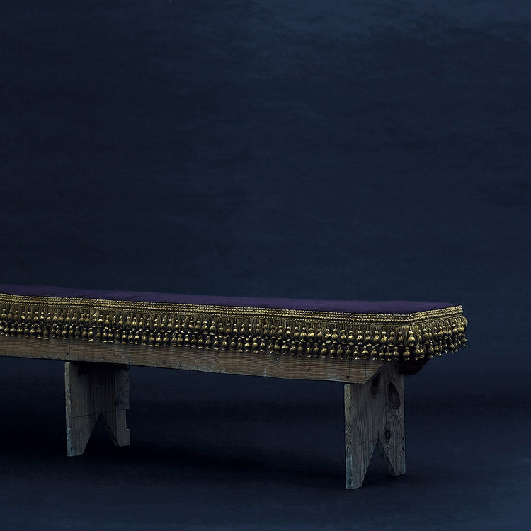 The Luizão XV Bench recalls all the splendor of Louis XV with velvet cushion and golden filigree.