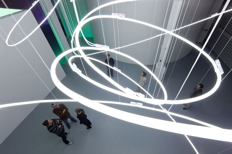 Like Soto, artist Lucio Fontana was inspired by the idea of drawing in space and going beyond the two-dimensional. His manipulation of neon in the early 1950's was an incredible feat. Struttura al neon per la IX Triennale di Milano features gigantic white