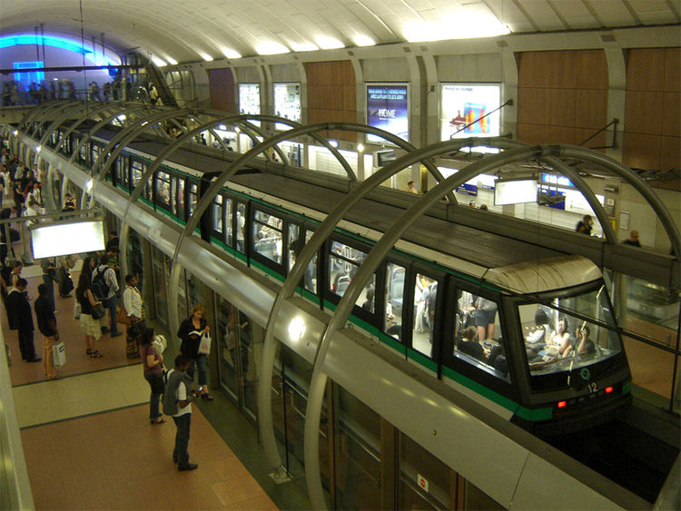 Now, the newer lines are fully automated and have sliding glass doors that separate the platform from the tracks, a la Copenhagen, Singapore, and other leading metropolitan systems. This is line 14, at Chatelet.  Chatelet-Les Halles is an incredible moras