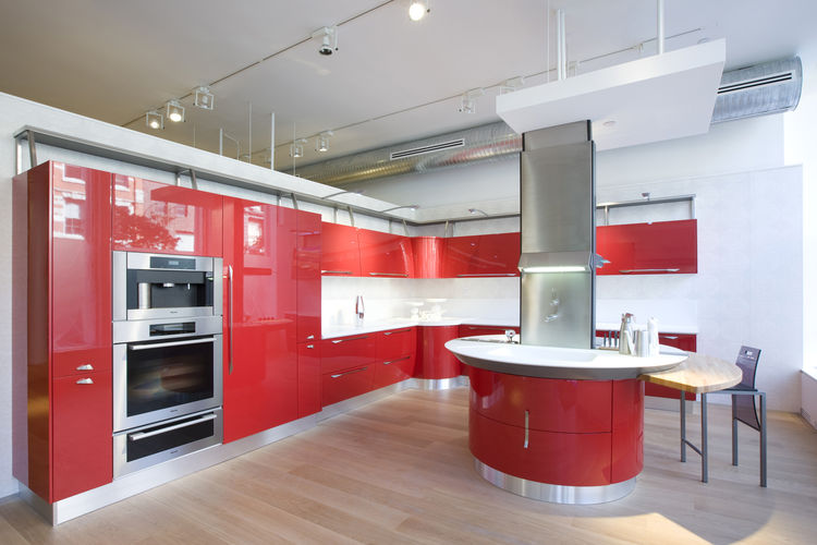 The fire-engine-red Flux kitchen unabashedly uses color to draw people into the store. Though this design has been around for a couple of years, it was still one of the most attractive and eye-catching areas in the showroom.