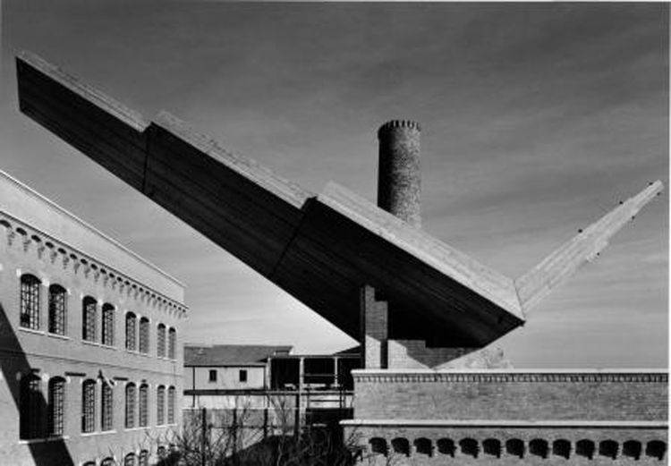 Here is a reconstruction of the sculpture Wings on the roof of the School of Architecture IUAV, Università di Venezia, Santa Marta from 1992. The photo is by G. Basilico.