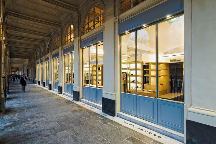 Once inside the arcade, you get a much better view of how Jaklitsch made use of the seven bays the store occupies. Photograph by Jean Philippe Caulliez.