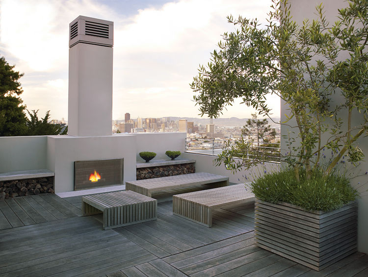 Looking out from the roof deck gives an expansive panorama of the San Francisco skyline, but a peek over the edge reveals the minimal lines of the backyard below.