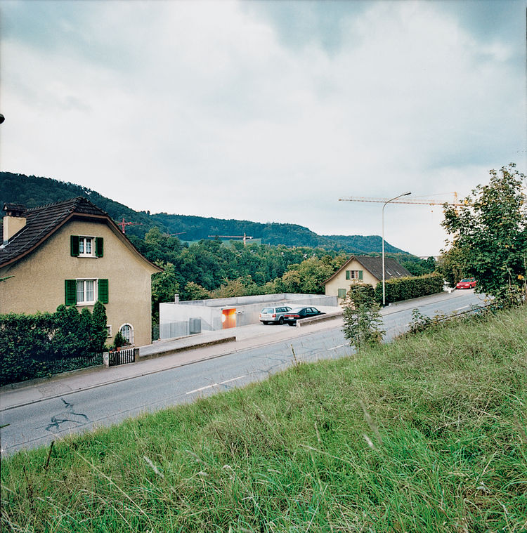 The house is located on the busy Schaffhauserstrasse, which links Switzerland to Germany, and therefore part of Oesch's brief was to reduce noise and orient the building toward the nearby Rhine.