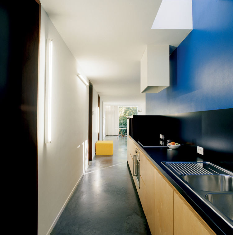 "The kitchen is a vibrant deep blue. ""It's the same color Le Corbusier used in the corridor of his Villa Savoye in Poissy,"" Van Everbroeck reports."