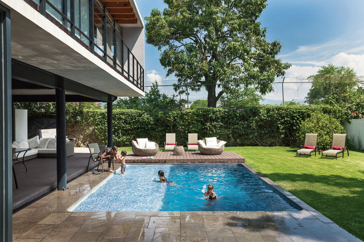 Modern backyard pool with recinto flooring