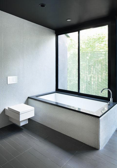 Hollywood house bathroom tub