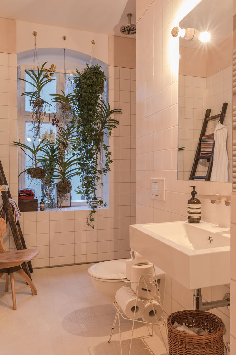 Bathroom of the Freunde von Freunden X Vitra Apartment