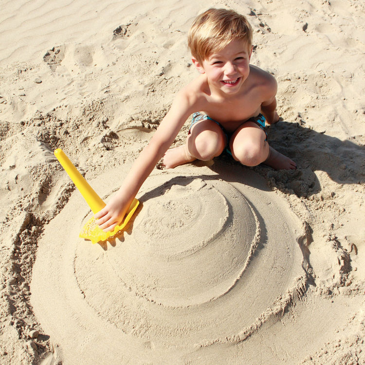 Multipurpose child's toy for beach and outdoor play