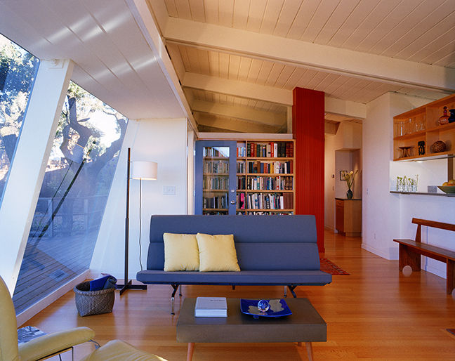 Living room with Eames Sofa Compact in Bay Area Midcentury Modern renovation by Buttrick Projects.  The Best Midcentury Modern Homes Across America buttrick bay area renovation living room eames sofa